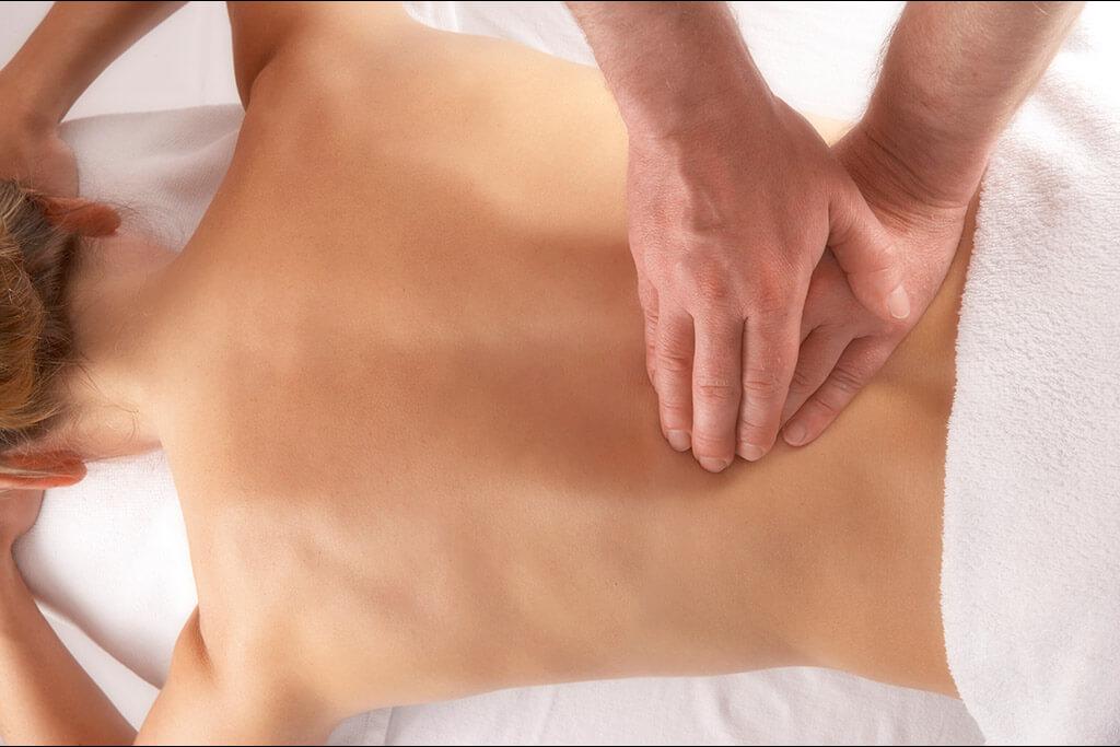 Eine Frau bekommt eine Rückenmassage.