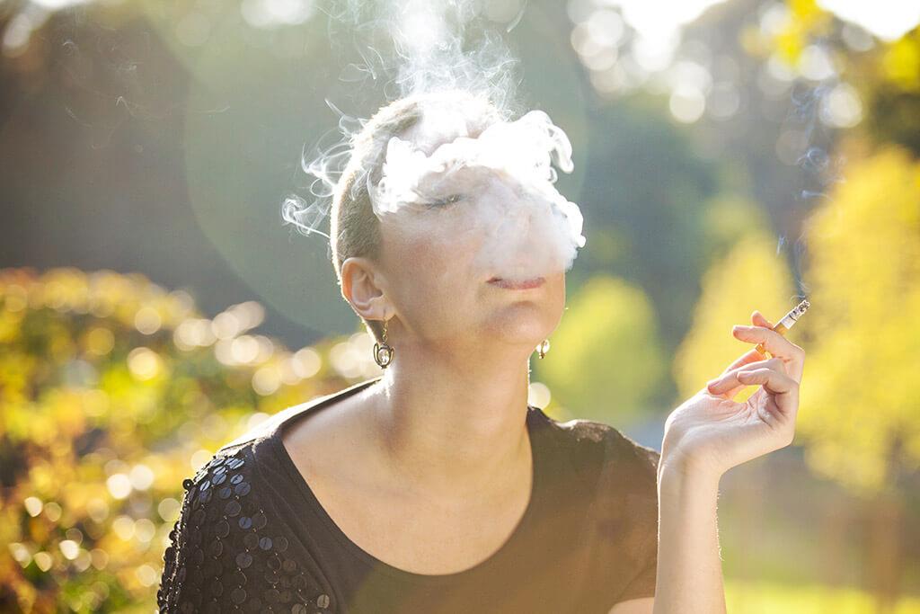 Eine Frau raucht eine Zigarette.