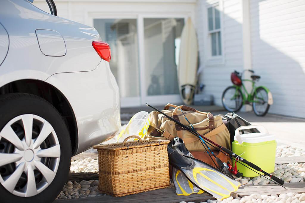 Auto mit Resiegepäck und Angeln.