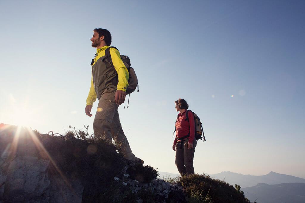 Ein Mann und eine Frau beim wandern in den Bergen.