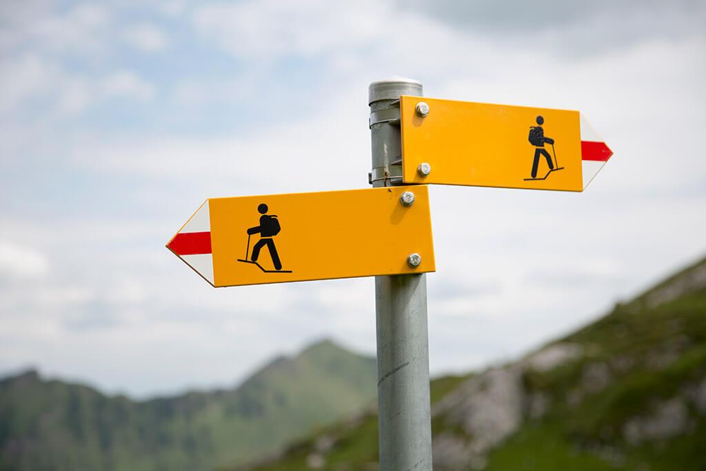 Zwei Wegschilder für Wanderer.