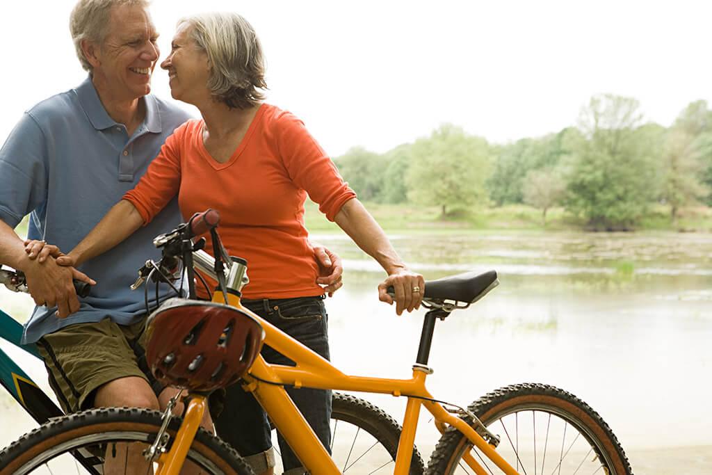 Ein älteres Ehepaar macht Pause von ihrer Fahrradtour.