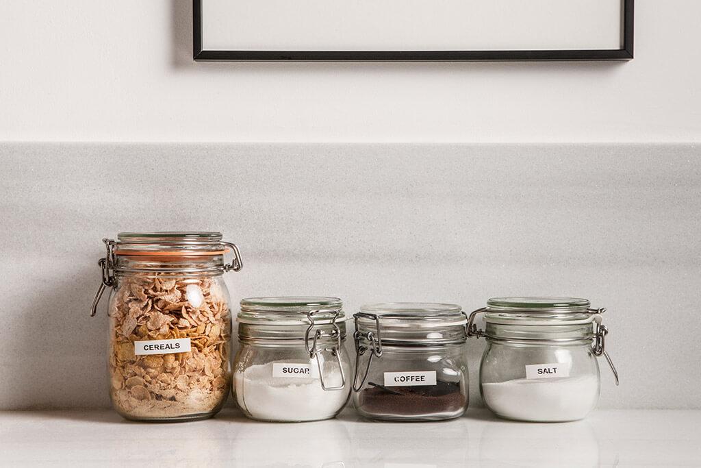 Cornflakes, Zucker, Kaffee, und Salz in Aufbewahrungsgläser.