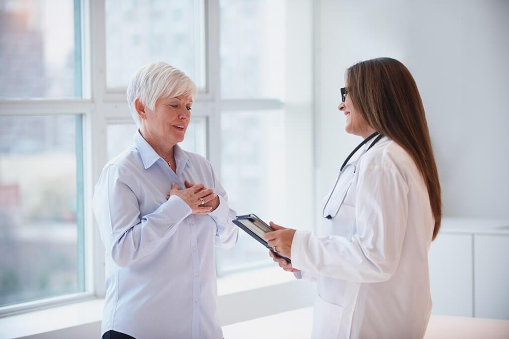 Eine Ärztin spricht mit einer erleichterten Frau.