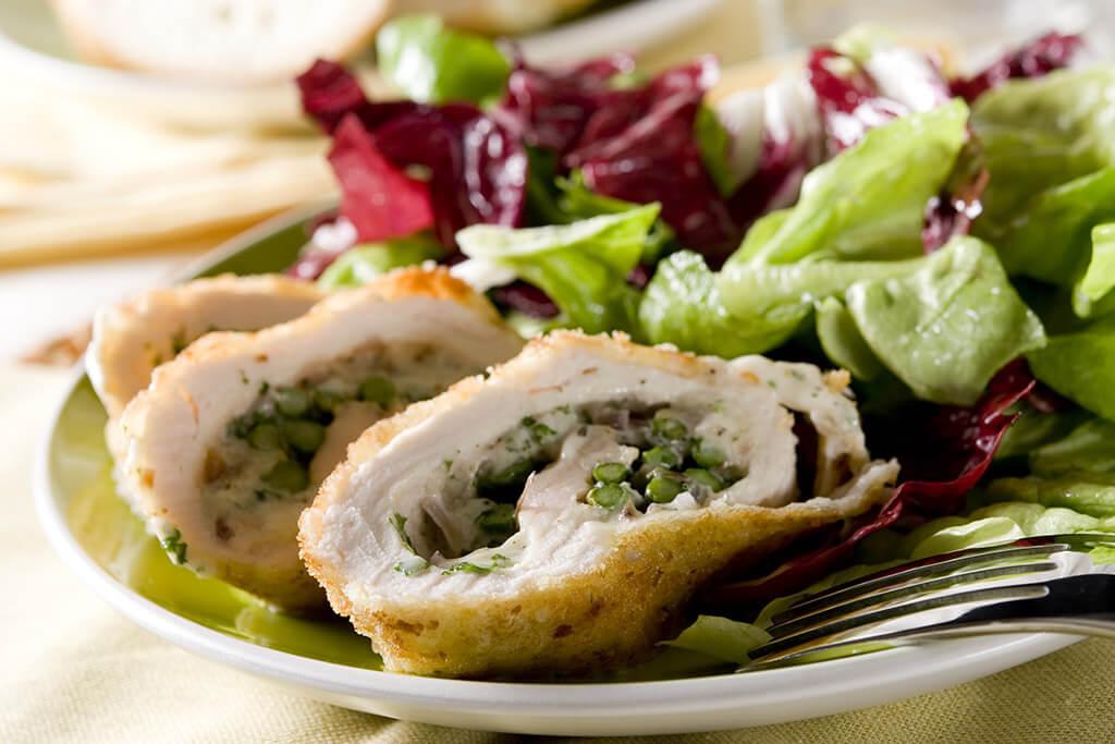 Fleischroulade mit Salat.