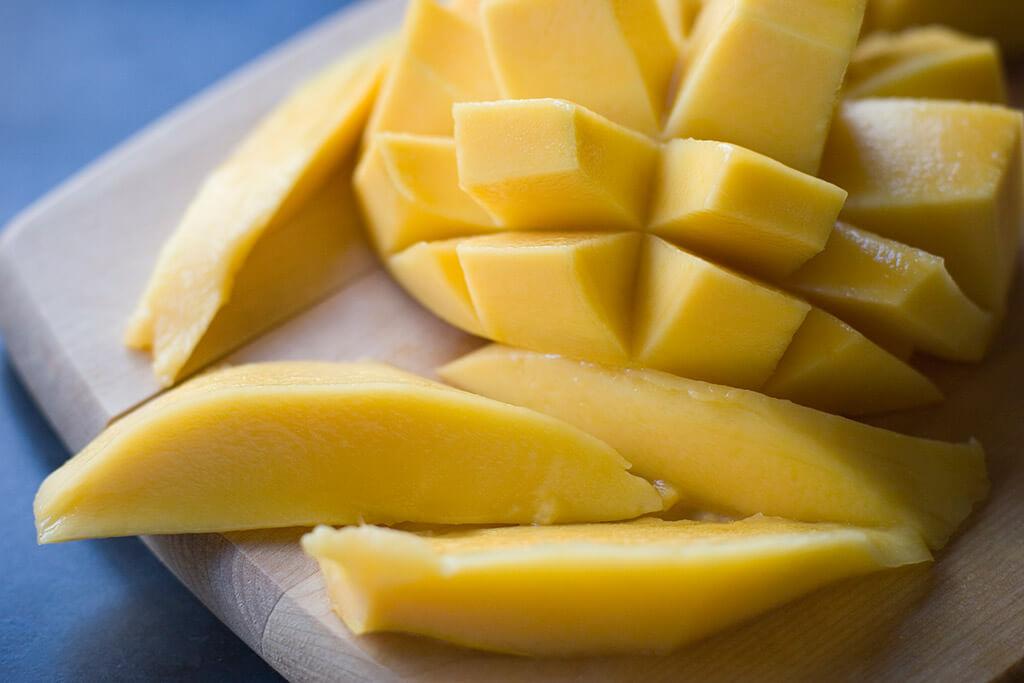 Eine aufgeschnittene Mango.