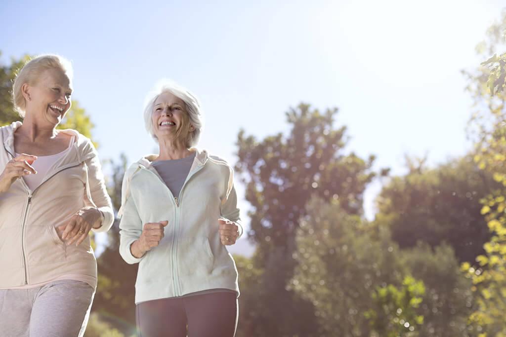 Zwei Frauen gehen zusammen joggen.