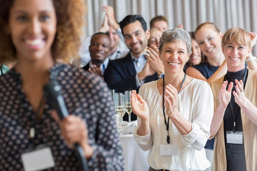 Eine Gruppe Menschen, welche applaudieren.