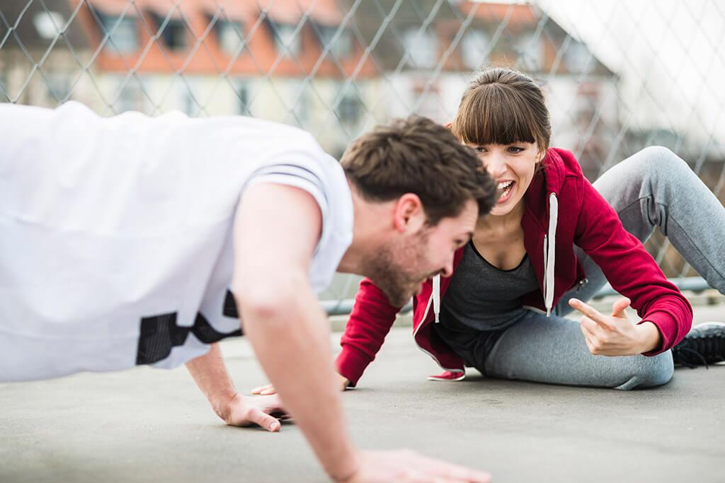 Frau trainiert einen Mann.