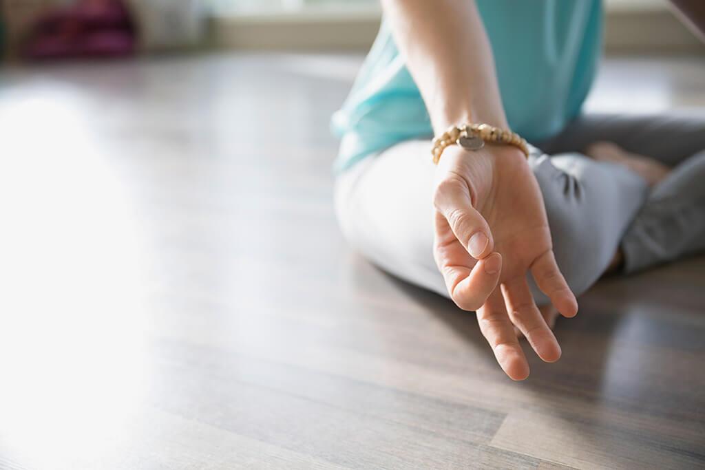 Eine Frau meditiert.