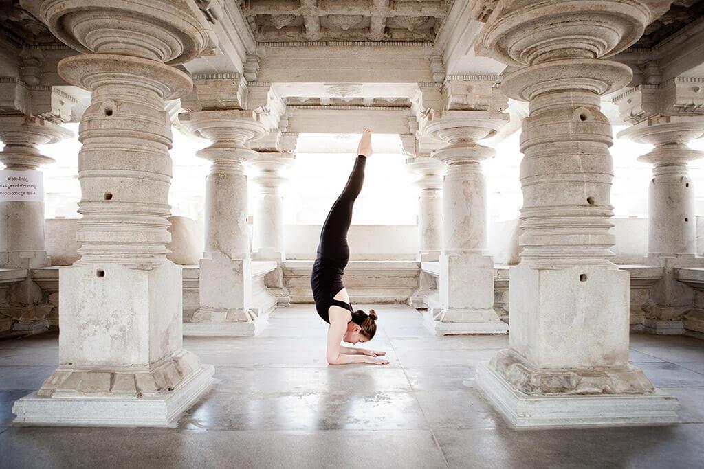 Eine Frau macht Yoga in einem Tempel.