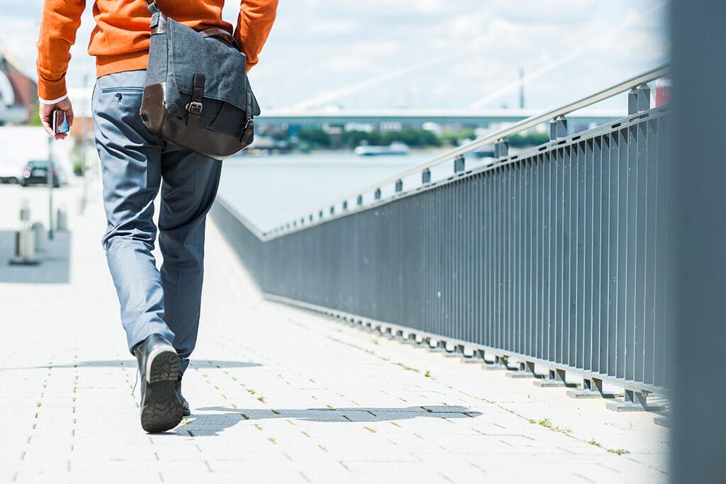 Ein Mann läuft über eine Brücke.