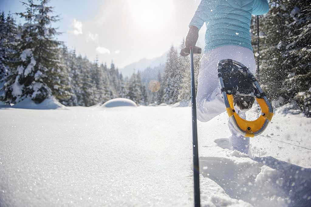 Eine Frau beim Schneewandern.