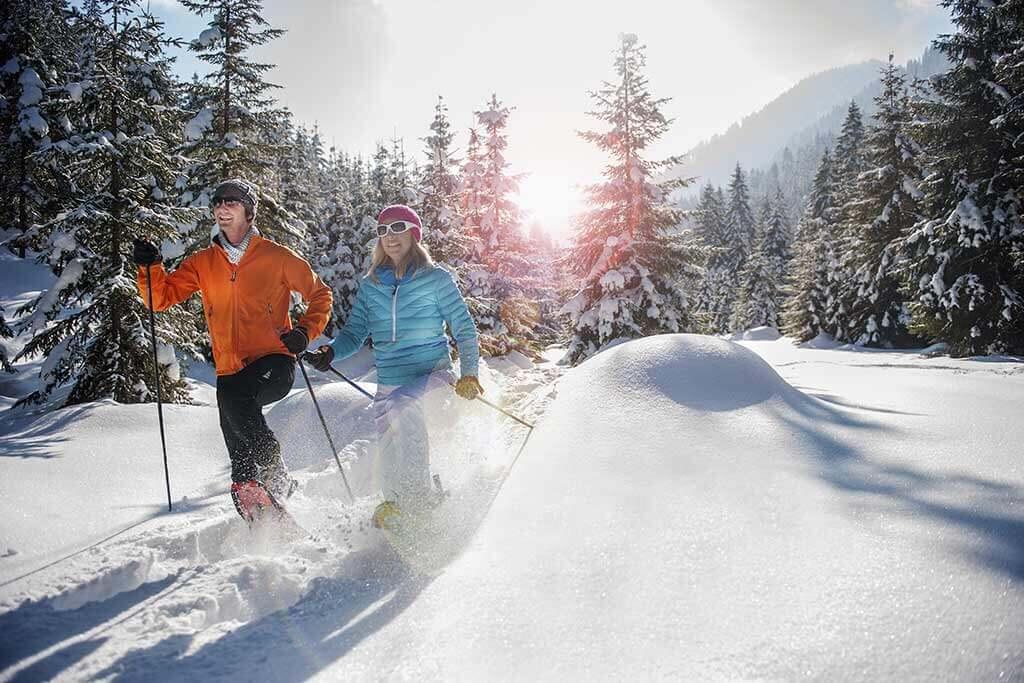 Ein Paar beim Schneewandern.
