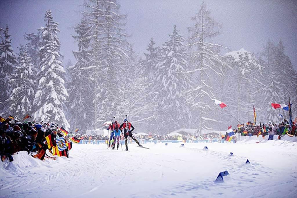 Skilanglaufrennen mit jubelnden Zuschauern.