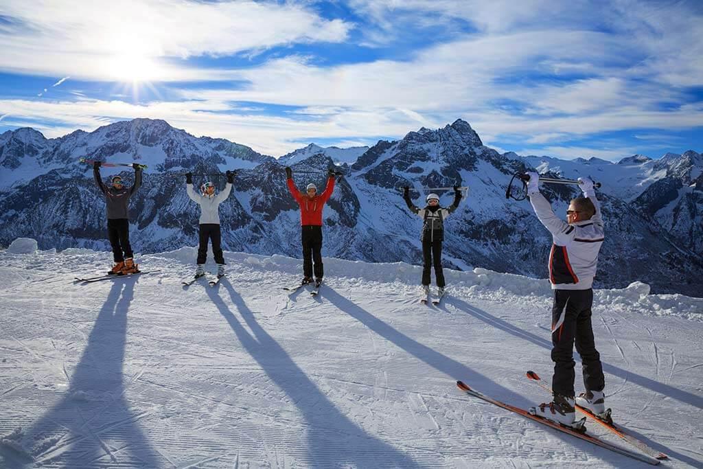 Eine Gruppe Skifahrer machen Übungen.