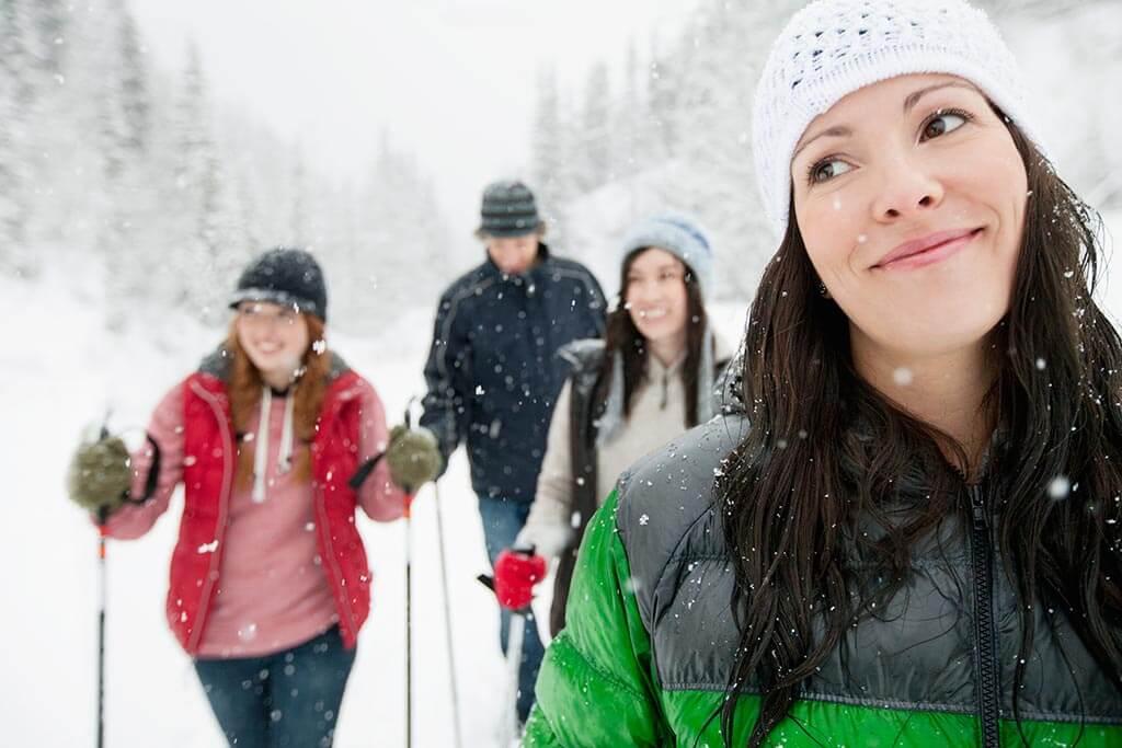 Eine Gruppe junger Menschen die durch den Schnee wandern.
