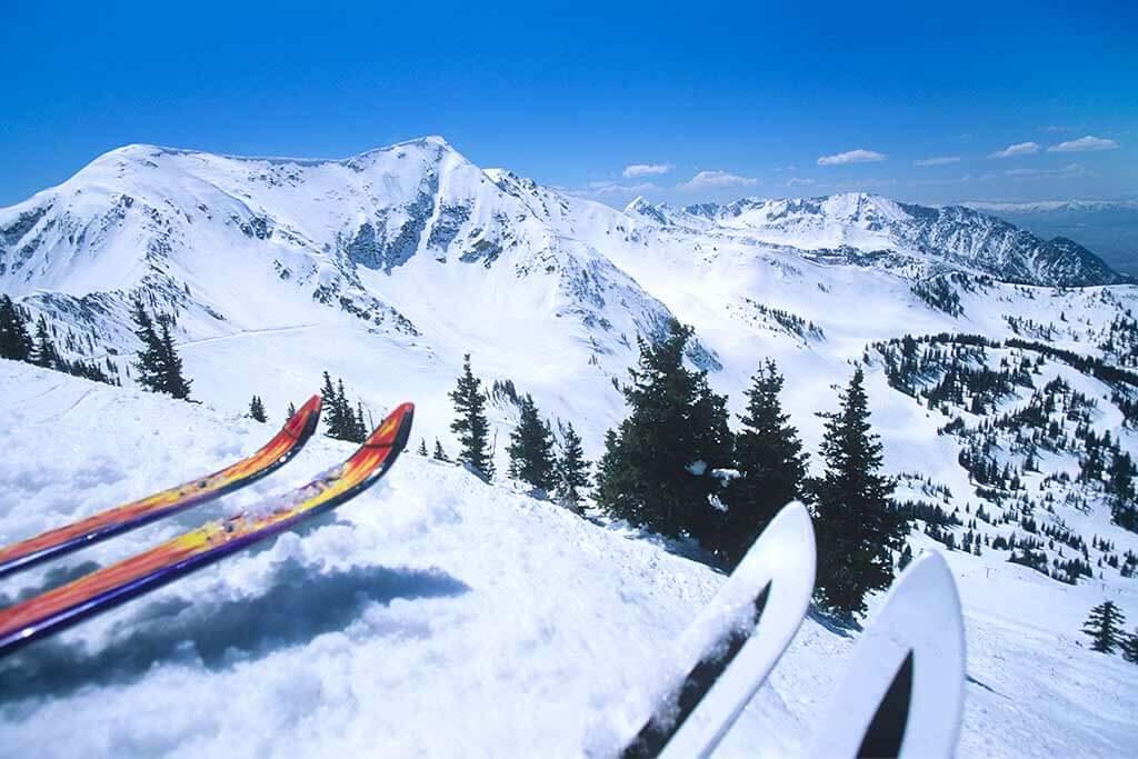 Zwei Skifahrer stehen bereit zur Abfahrt.