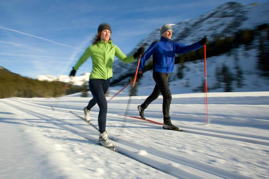 Ein Paar macht zusammen Langskilauf.