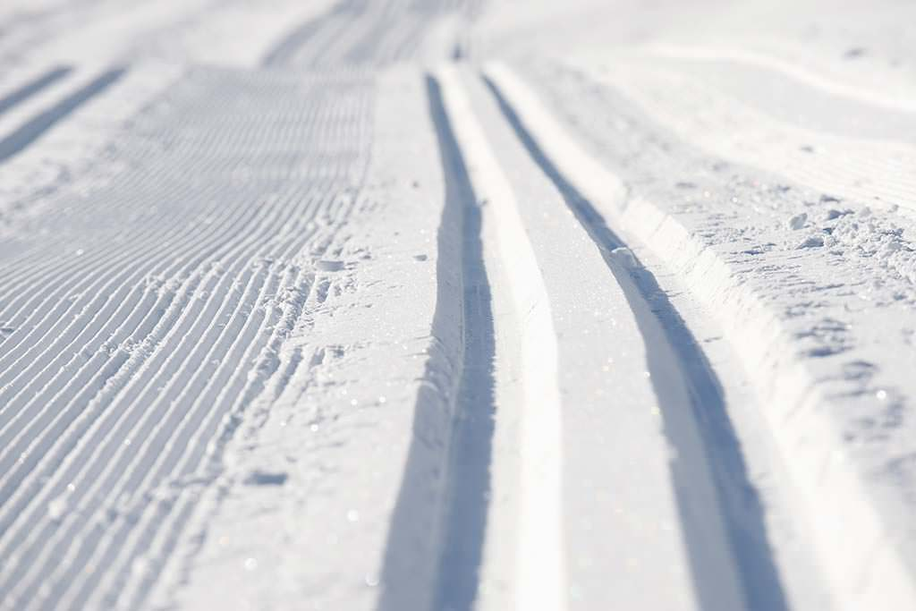 Skispuren im Schnee.