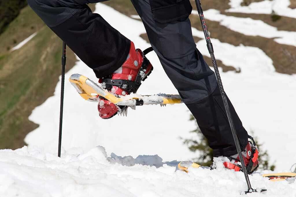 Eine Person beim Schneeschuhwandern.