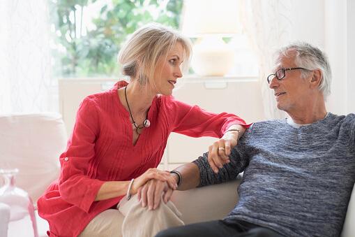Älteres Ehepaar reden zusammen.