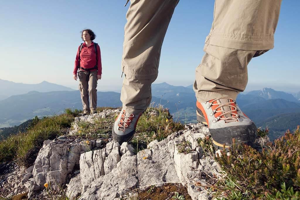 Zwei Personen wandern in den Bergen.