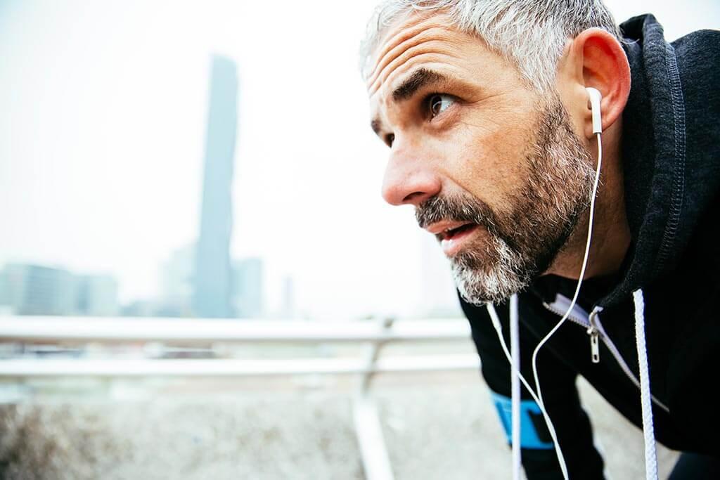 Ein Mann hört beim joggen Musik.