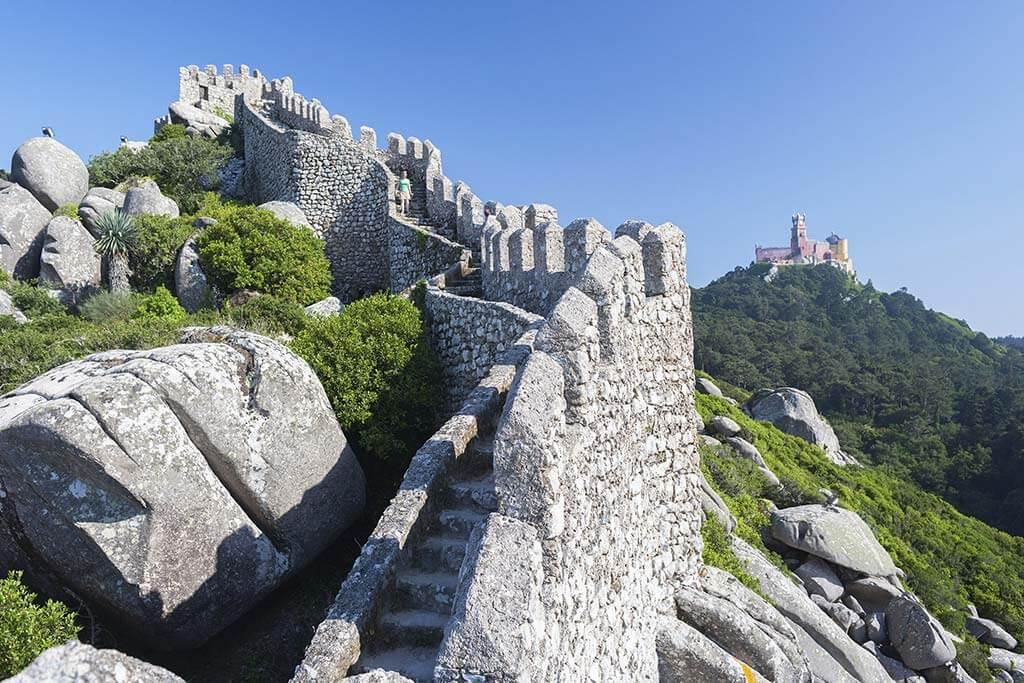 Eine Steinmauer einer Burg.
