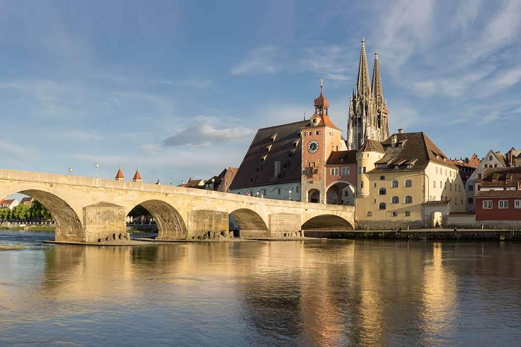 Eine Brücke über einen Fluss zu einer Stadt.