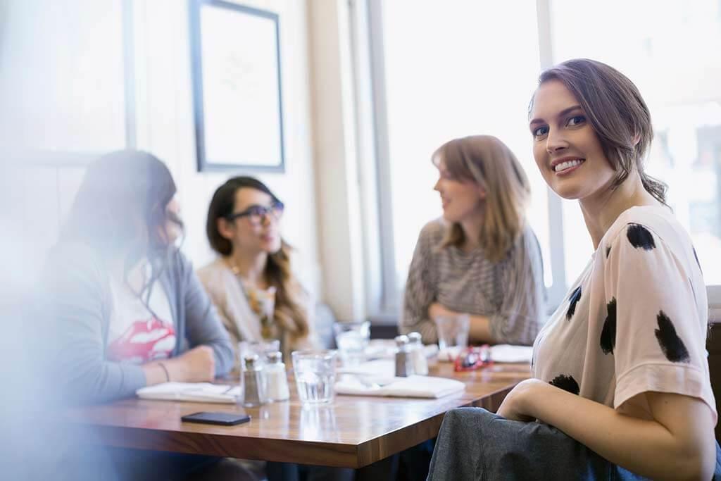 Mehrere Frauen sitzen im Restaurant am Tisch.