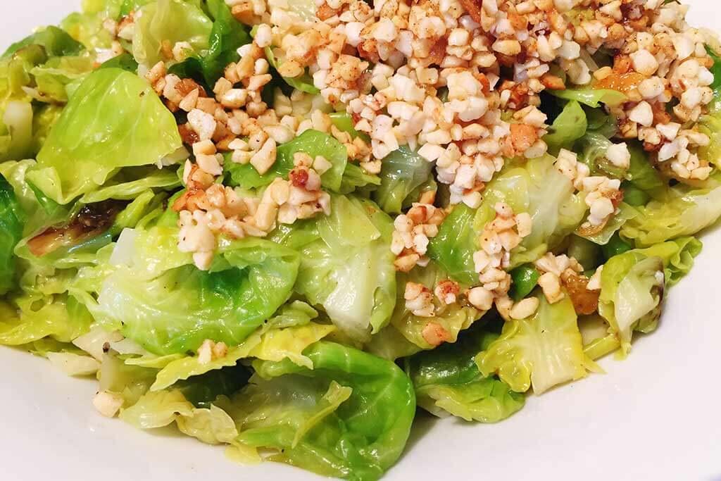 Grüner Salat mit Nüssen.