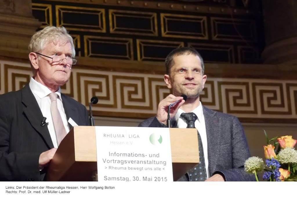 Zwei Männer halten eine Rede auf der Veranstaltung Rheuma bewegt uns alle.