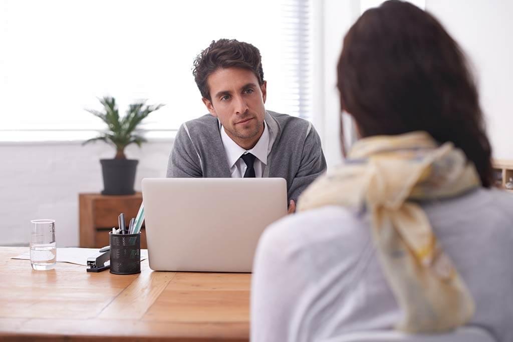 Ein Mann hält ein Bewerbungsgespräch mit einer Frau.