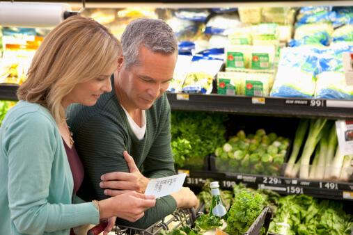 Ein Paar schaut zusammen ihre Einkaufsliste im Supermarkt an.