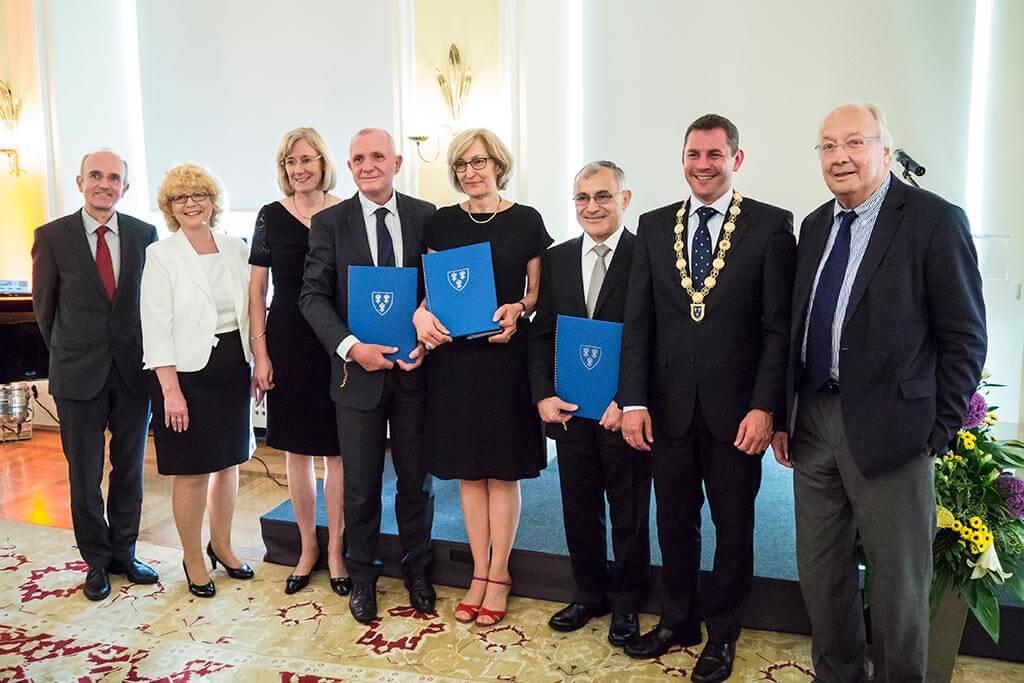 Eine Gruppe Personen mit Auszeichnungen am Carol-Nachman-Preis 2016.