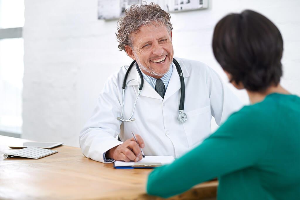 Eine Frau ist im Gespräch mit einem Arzt.