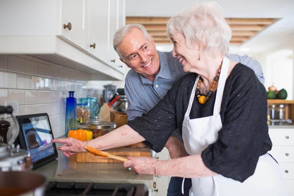 Altes Paar beim kochen in der Küche.