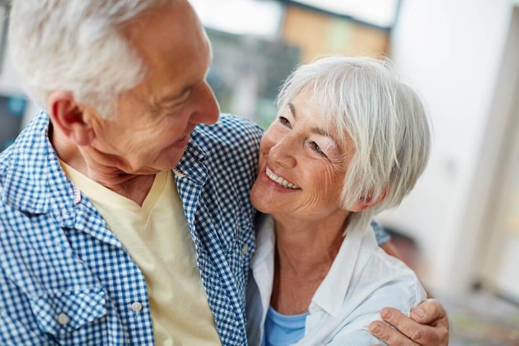 Altes Paar lächelt sich an