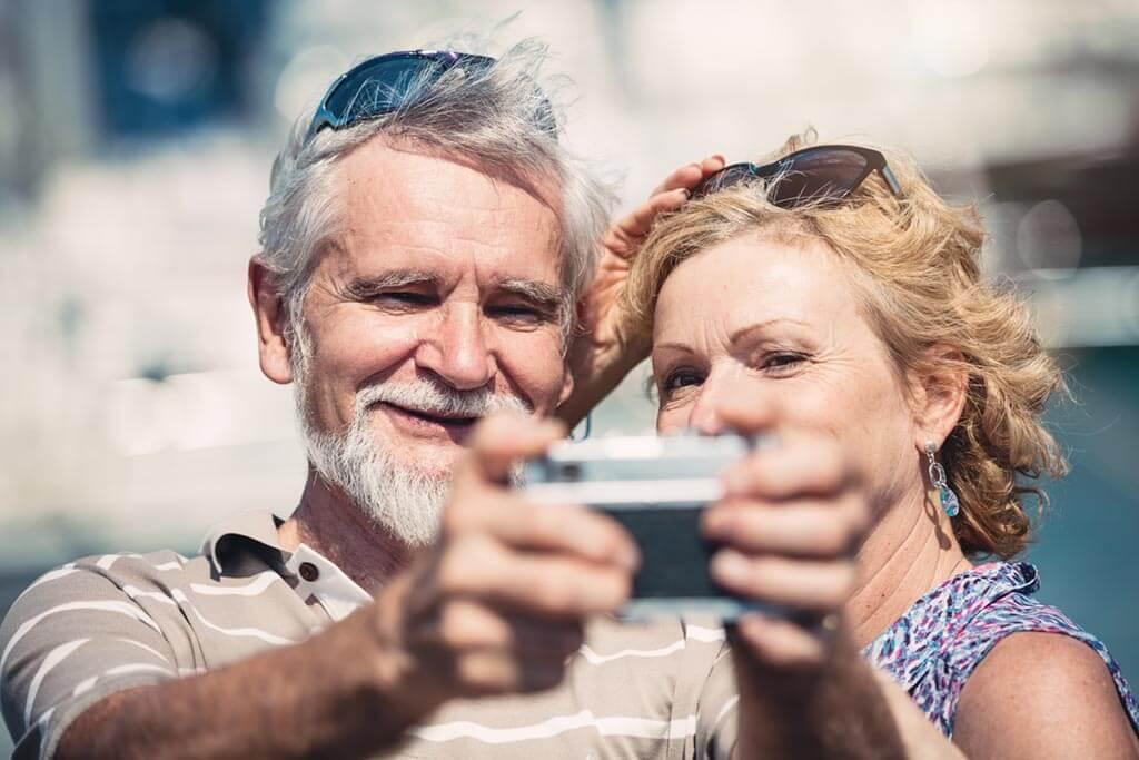 Älteres Paar macht ein Selfie im Urlaub.