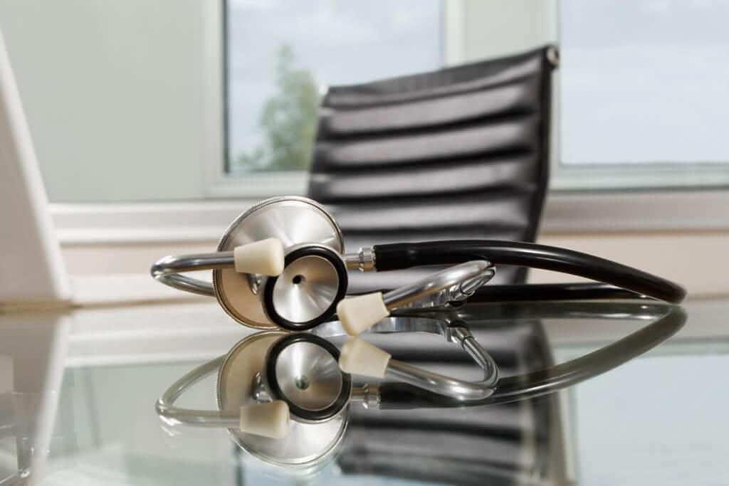 Ein Stetoskop liegt auf einem Tisch
