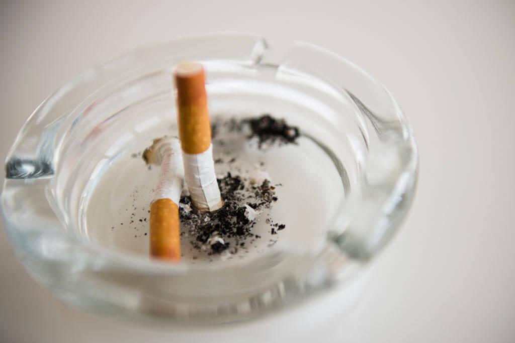 Ein Aschenbecher mit ausgedrückten Zigaretten.
