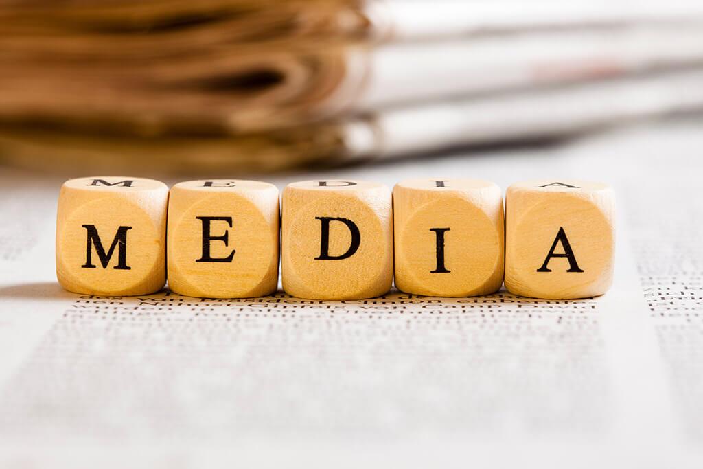 Würfel mit dem Wort Media.