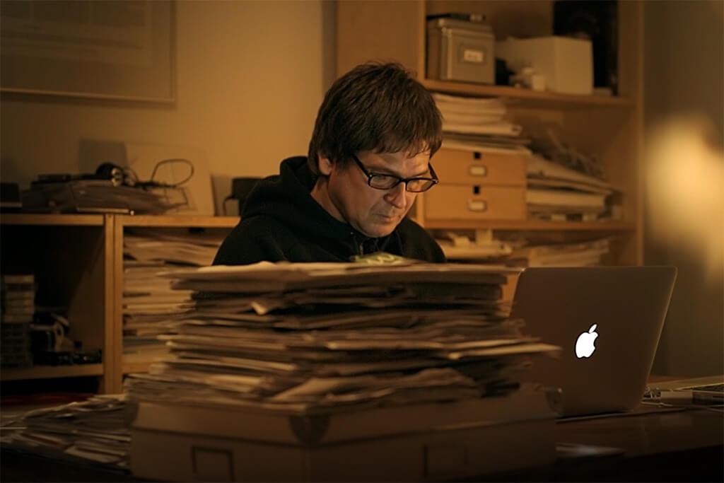 Jörg Böckem sitzt an seinem Schreibtisch.