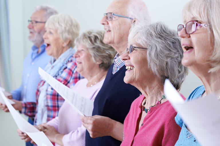 Ältere Personen singen zusammen im Chor.