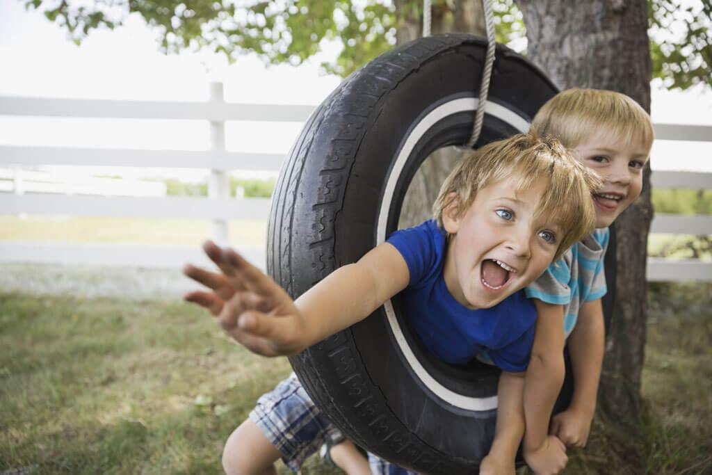 Zwei kleine Jungs lachen zusammen.