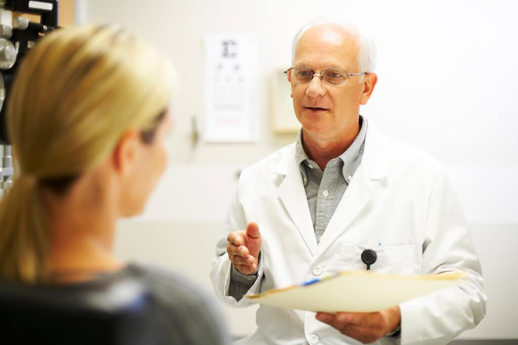 Ein Arzt spricht mit seiner Patientin.