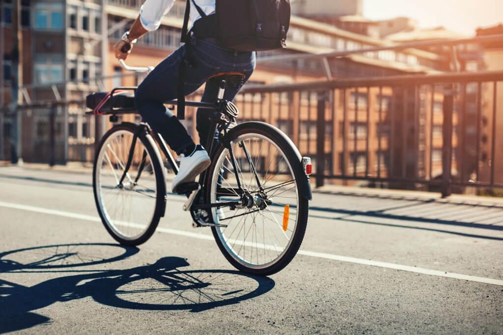 Ein Mann fährt Fahrrad.