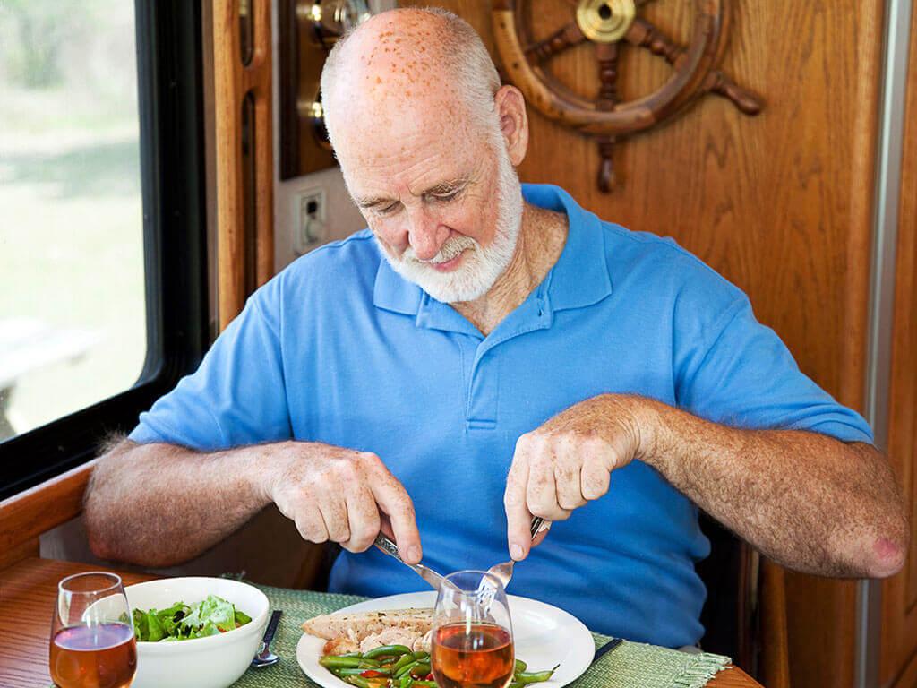 Senior beim Essen