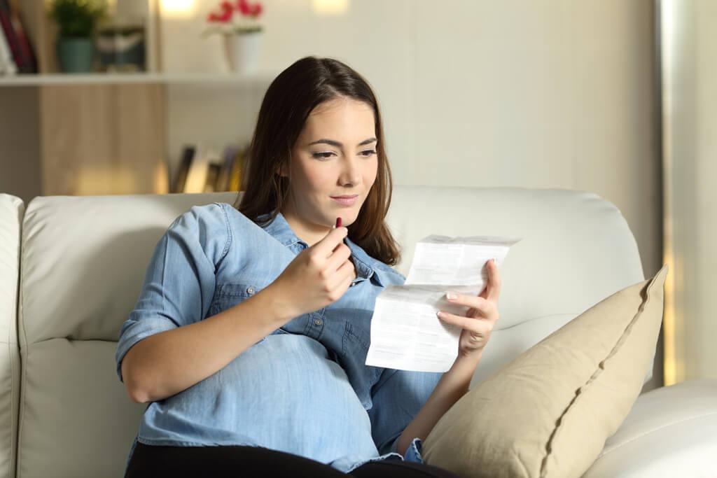 Eine Frau liest sich den Beipackzettel eines Medikaments durch.